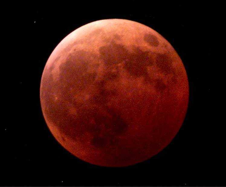 Total månförmörkelse inträder tidigt på tisdag morgon över Sverige. Månen kommer då att se helt röd ut.