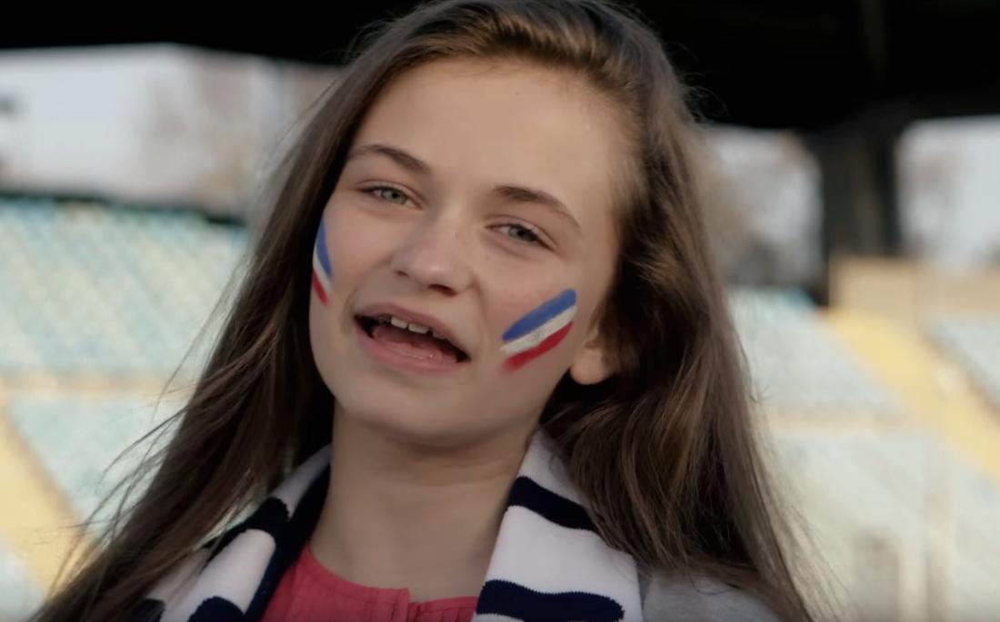 I videon får franska fans sjunga med.