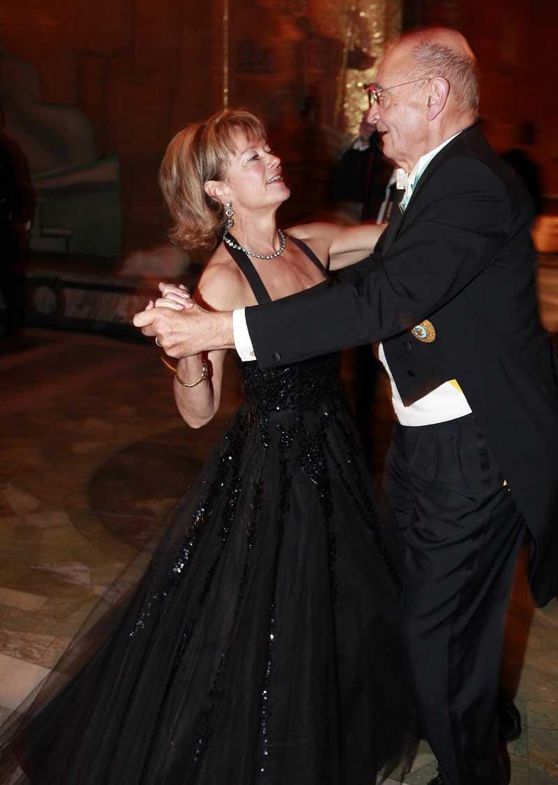 +++++ Raffig klänning Lena Adelsohn Liljeroth, kulturminister En riktig 50-talsdröm med paljettklätt liv, tyllkjol och halterneckknyt. Helt rätt i tiden att välja en second hand-klänning. Och så bryter hon av det svarta med en godismönstrad väska. Raffig klänning, snygg byst, fin i håret.
