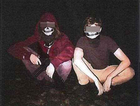 De båda tilltalade poserade med någon form av vapenreplika under vad de själva kallar en fyllefest. Enligt åklagaren har de på sig masker som kan kopplas till ekofascism.