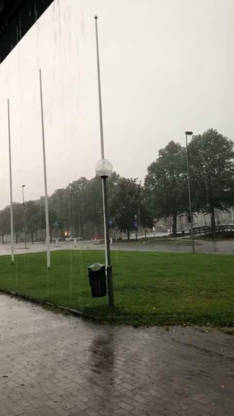 Åskan slår ner i Hallsberg utanför Örebro, skriver läsaren som skickat in denna bild.