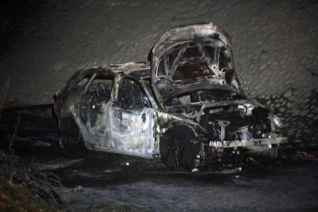 Automatvapen har hittats i den här utbrända bilen.