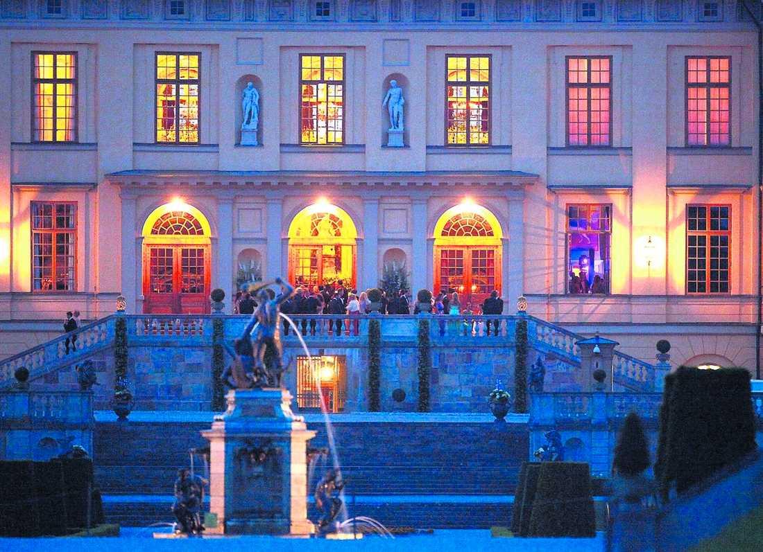 KUNGLIGT KALAS Två dagar före bröllopet passade kronprinsessan Victoria och Daniel på att bjuda in sina närmaste vänner till en riktig brakfest. Technomusiken dånade över Drottningholm och stora discokulor glittrade i fönstren.
