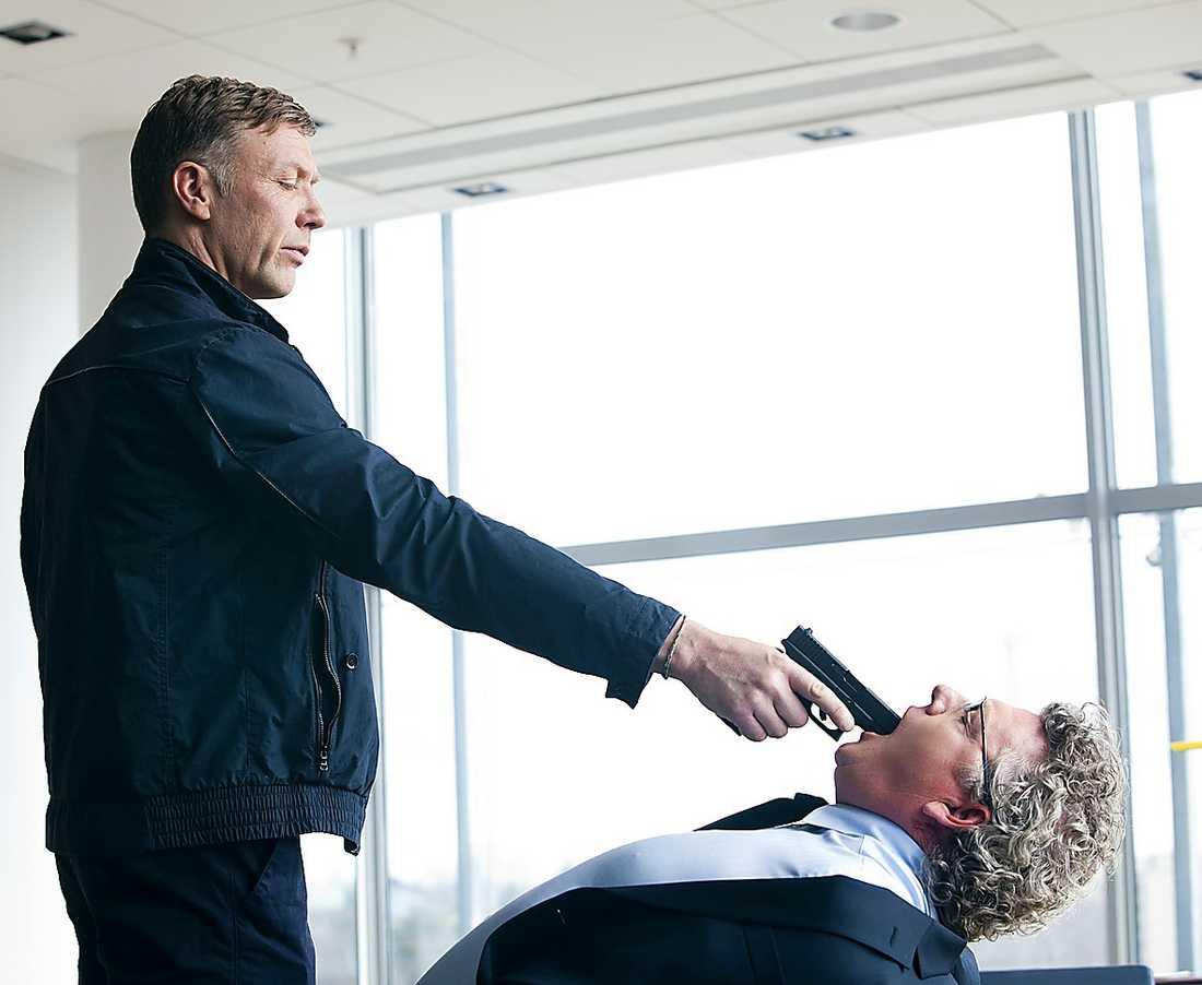 Hamilton (Persbrandt) sätter Dan Ekborg i ett knivigt läge.