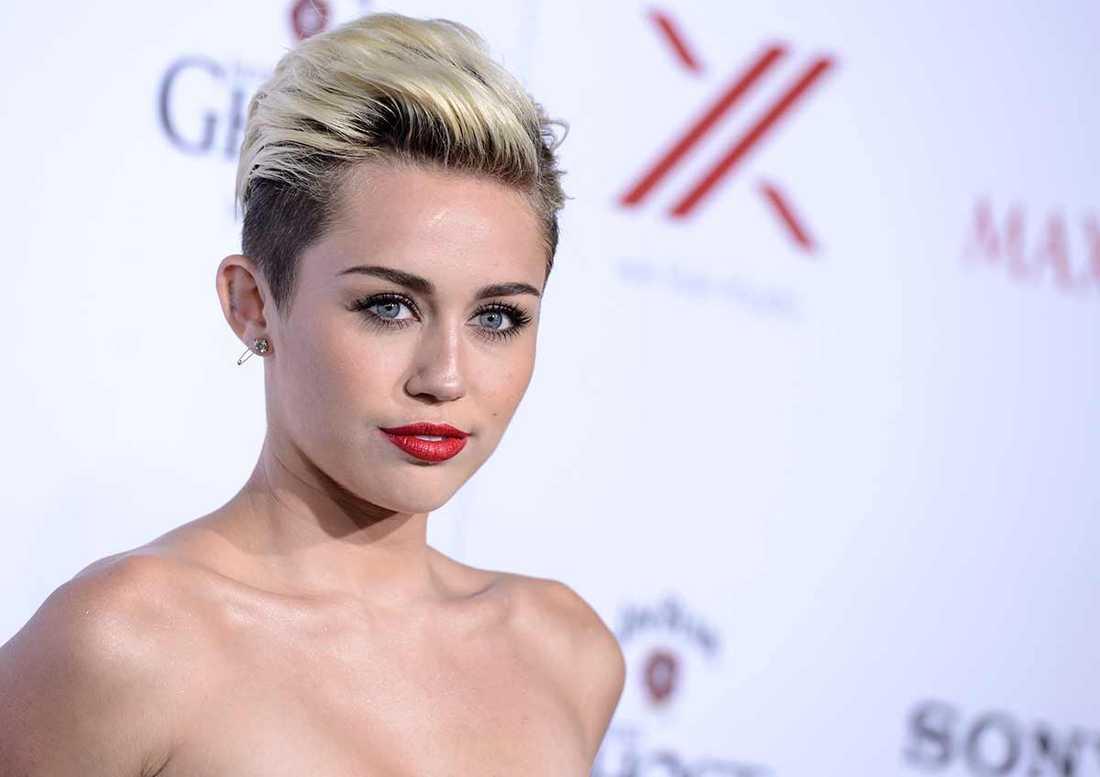 """Miley Cyrus sörjer döda """"Glee""""-skådespelaren."""