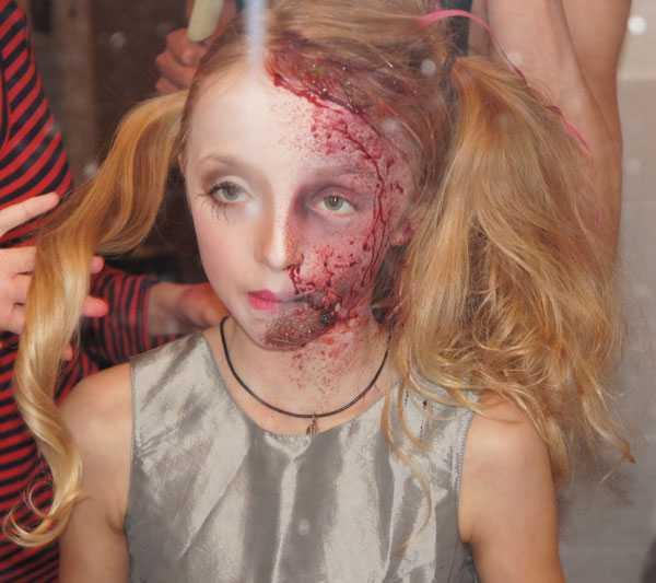 Här är Angelina Karjalainen, 9 år, sminkad av Frida Karjalainen.
