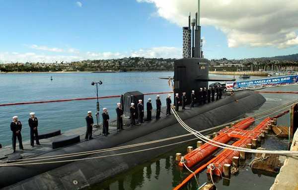 Besättningsmän på den kärnvapenbestyckade ubåten USS Los Angeles under en cermoni i San Pedro i Kalifornien, 23 januari 2010.