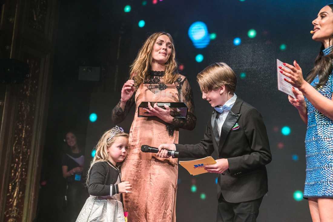 Johanna och Naomi Ljungqvist fick Aftonbladet Booms utmärkelse Rising Star. Här på scenen med Liam Pitts.
