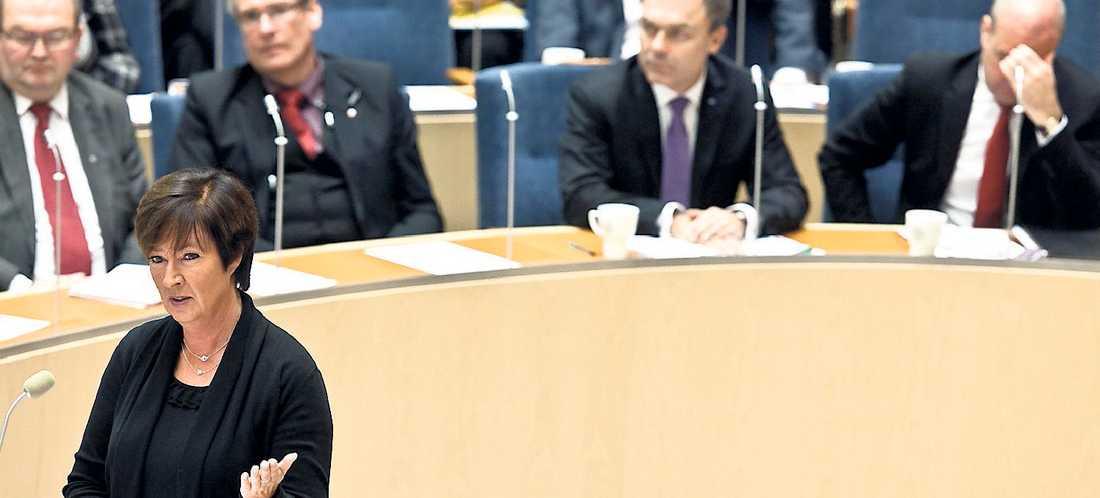 OVÄNTAT ARTIGA Tonen mellan oppositionens Sahlin och statsminister Reinfeldt var i gårdagens partiledardebatt förvånansvärt vänlig. Allt i en tävling mellan huvudmotståndarna om vem som bäst bär upp statsmannakostymen.