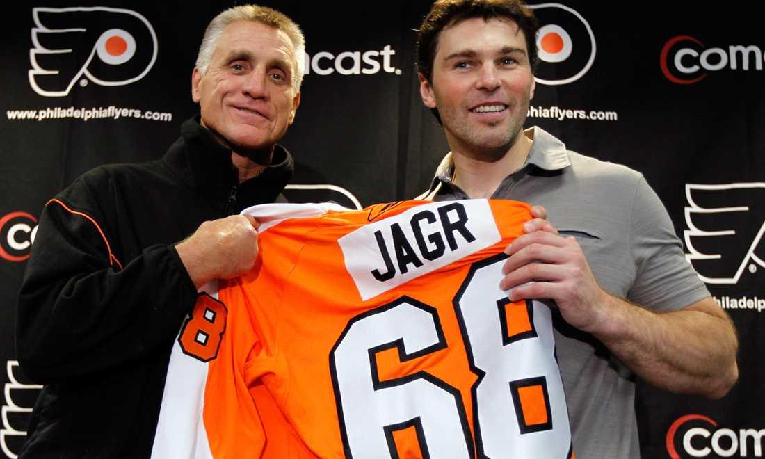 Den 17 september presenterades Jagr som Flyers-spelare. Till vänster står en stolt Paul Holmgren, general manager i Philadelphia-klubben.