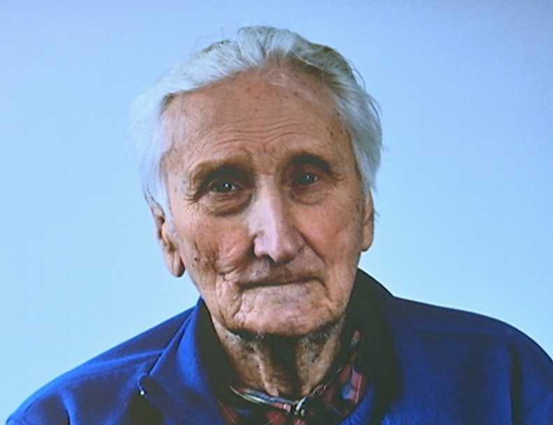 Henning Håkansson, 94, skulle ut och hämta ved när han ramlade omkull utomhus.