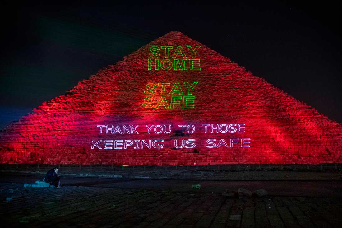 Cheopspyramiden i Giza pryddes av budskap om att hålla sig i säkerhet under coronapandemin.