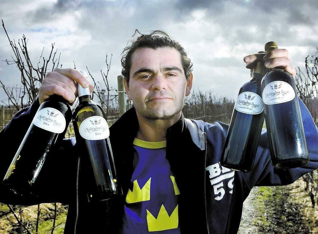 SVENSKA VIN(N)ARE Murat Sofrakis på Nangijala vingård i Klagshamn visar upp de nya vinerna som lanseras på Systembolaget nu till helgen. Vin från svenskodlade druvor börjar bli vanligare. I april kommer ett vin från Flen att finnas på hyllorna.