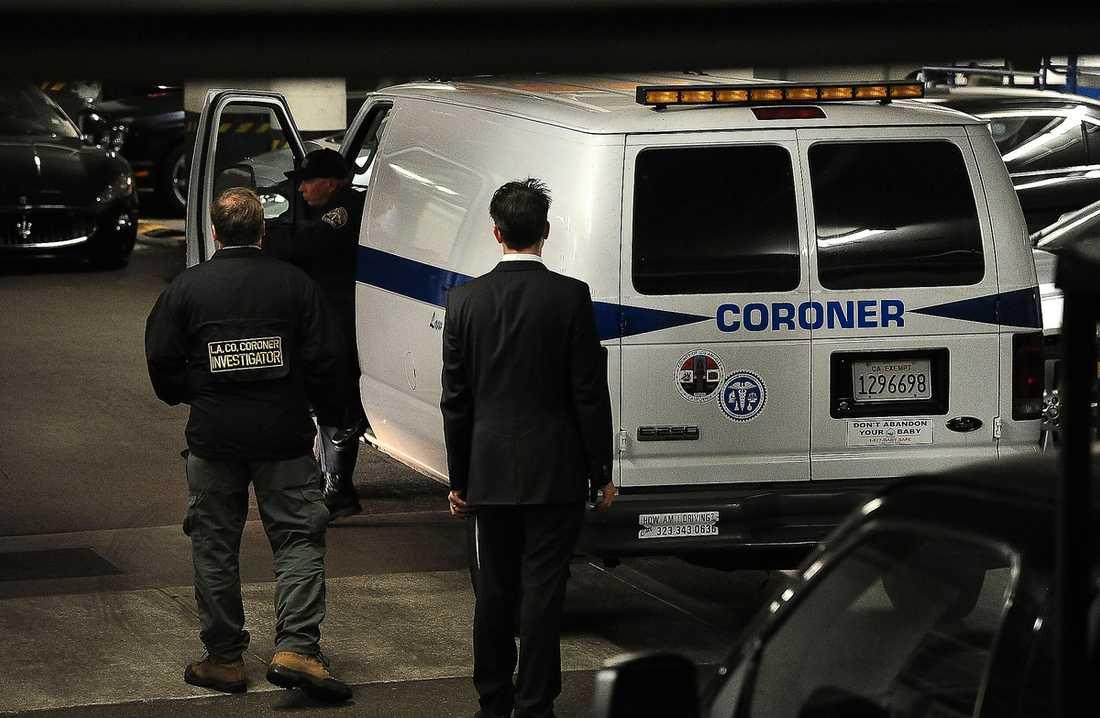 Polisens utredare utanför Beverly Hilton Hotel i Los Angeles.