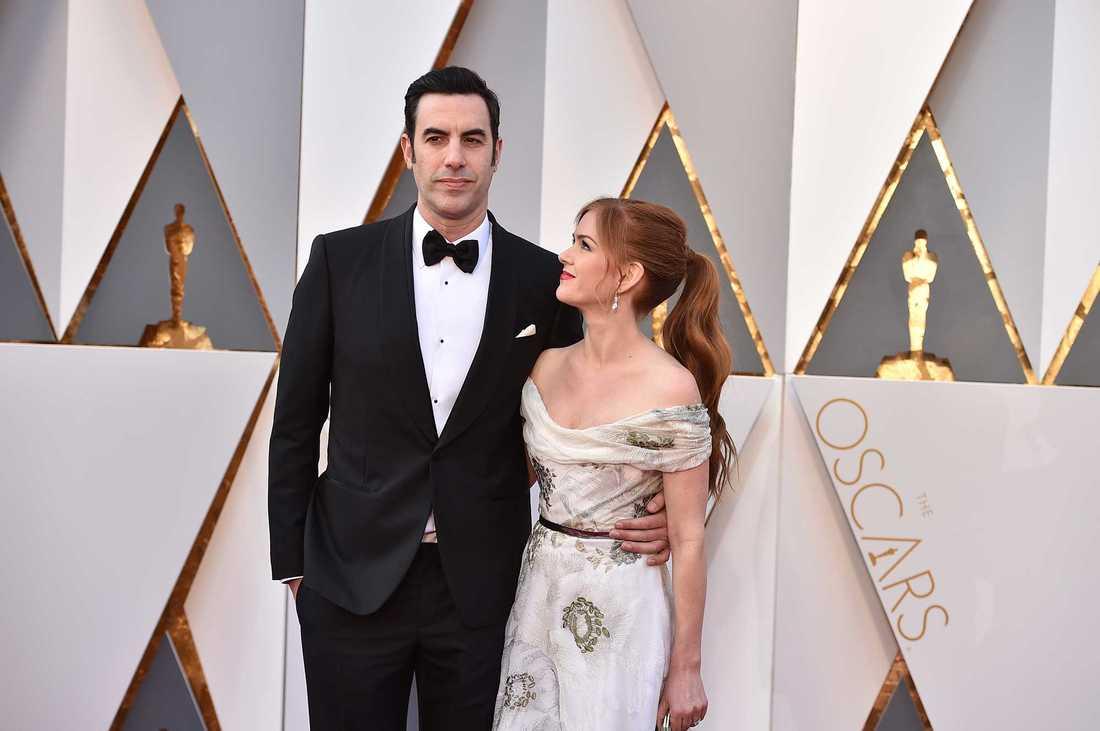 Sacha Baron Cohen anländer till Oscarsgalan som sig själv, tillsammans med Isla Fisher.