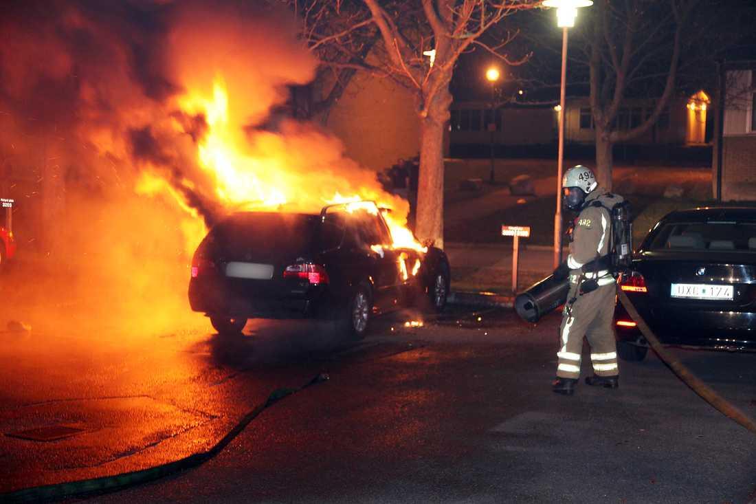 Sent i går kväll kämpade räddningstjänsten med att släcka bränderna.