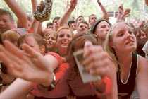 Hängivna fans Broder Daniel under en konsert på Hultsfredsfestivalen 1999. Kort därefter ställer bandet in sin turné.