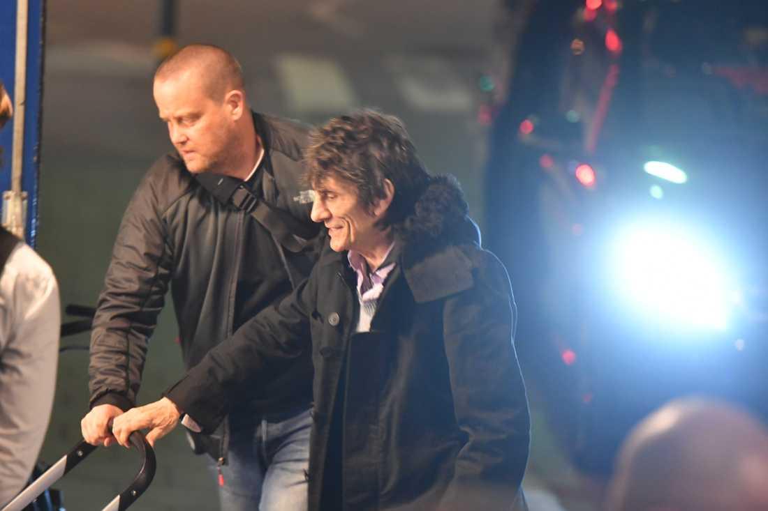 Ronnie Wood med barnvagn utanför hotellet.