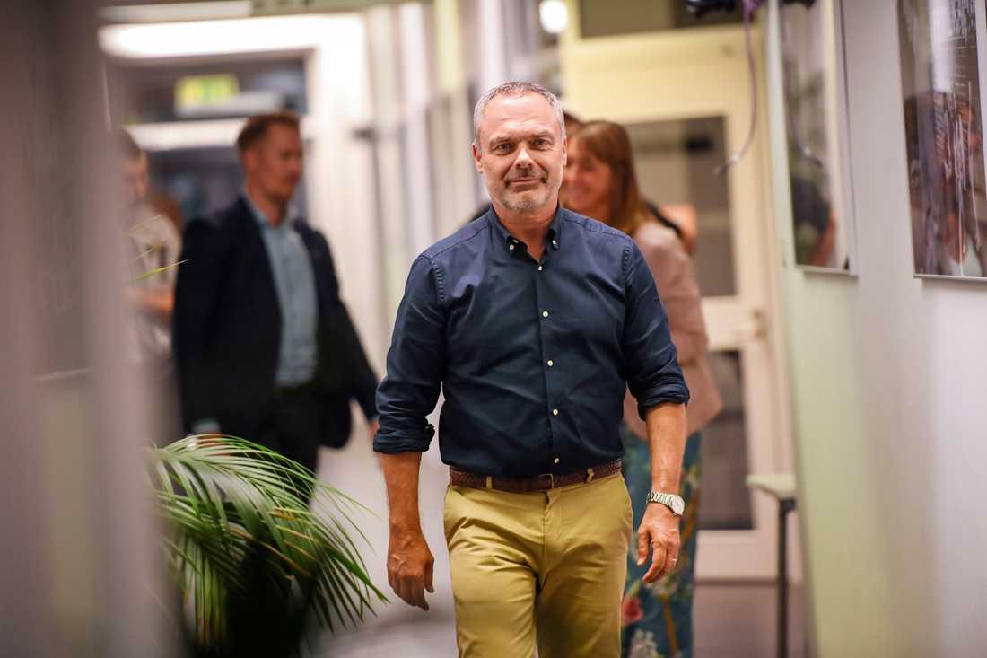 Liberalernas partiledare Jan Björklund lämnar SVT efter att ha deltagit i Agenda dagen efter valet. I blå skjorta.