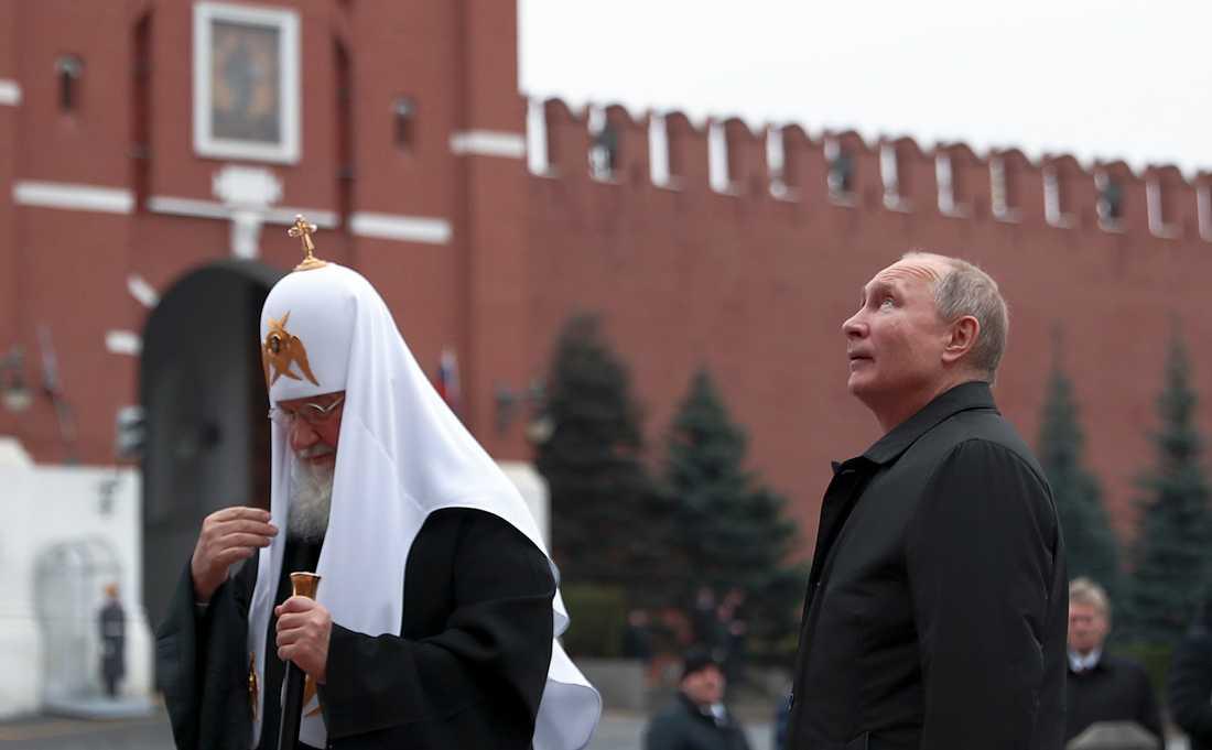 Rysslands president Vladimir Putin vill blanda in Gud när han skriver om författningen. Här står han på Röda torget i Moskva tillsammans med den rysk-ortodoxe patriarken Kirill. Arkivbild från 4 november 2019.