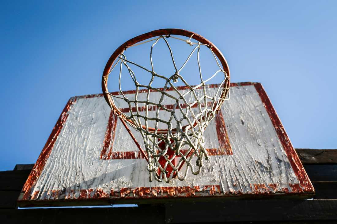 Ett fastighetsbolag har dömts till böter efter att en basketkorg vikt sig och skadat en tonårsflicka allvarligt. Arkivbild.