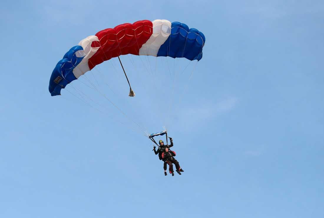Det blev inget rekord för Ruth Larsson, men för första gången i livet fick 101-åringen hoppa fallskärm.