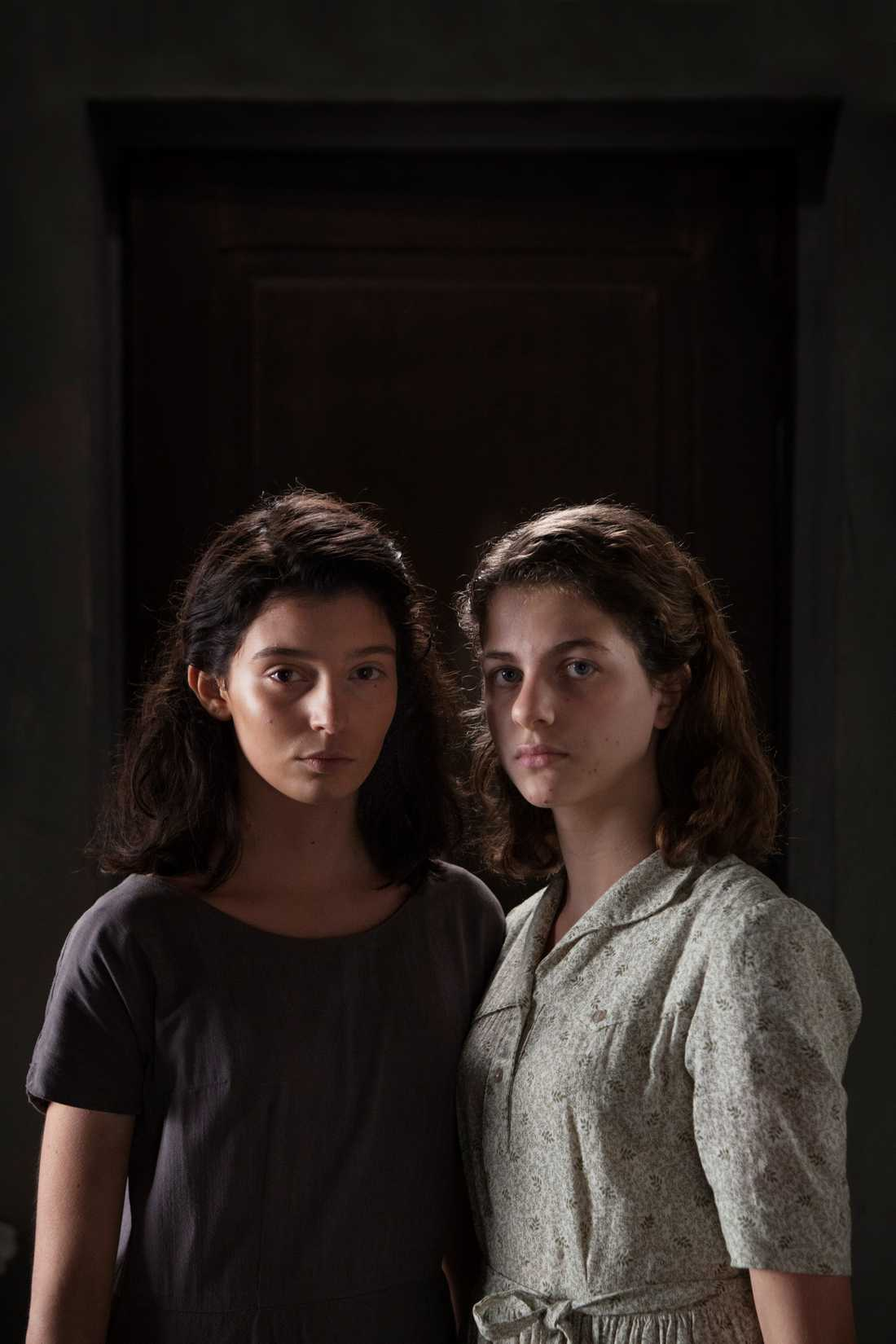 "Gaia Girace (Lila) och Margherita Mazzucco (Elena) i ""My brilliant friend""."