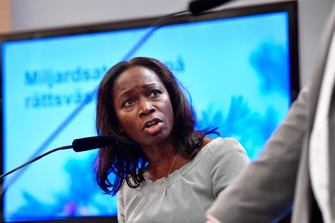 Liberalernas partiledare Nyamko Sabuni presenterar satsningar på domstolar, kriminalvården och andra delar i rättsväsendet.