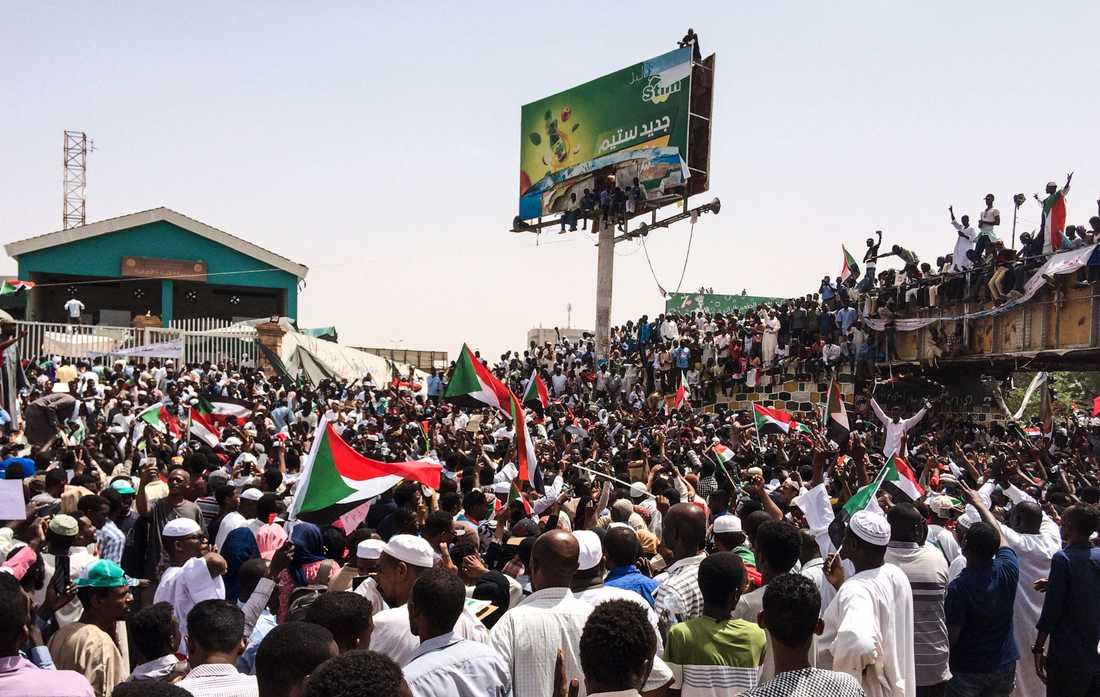 Demonstranterna kräver en ny civil regering i Sudan.