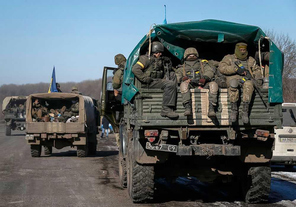 Ukrainsk militär lämnar den belägrade staden Debaltseve.