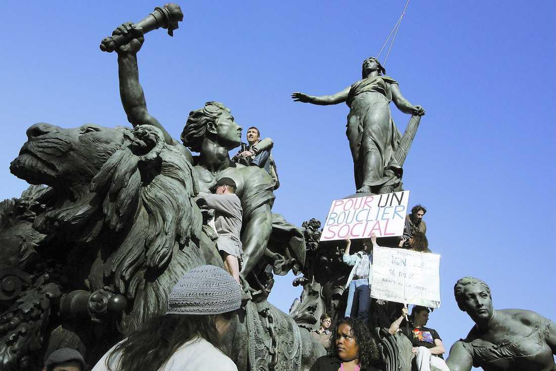 TIDSRESA Här stormas Paris igen – den här gången med vit flagg hissad. Aftonbladets ledarskribent Olle Svenning var på plats när protesterna mot marknadsliberalismen och Sarkozy genomfördes under torsdagen.