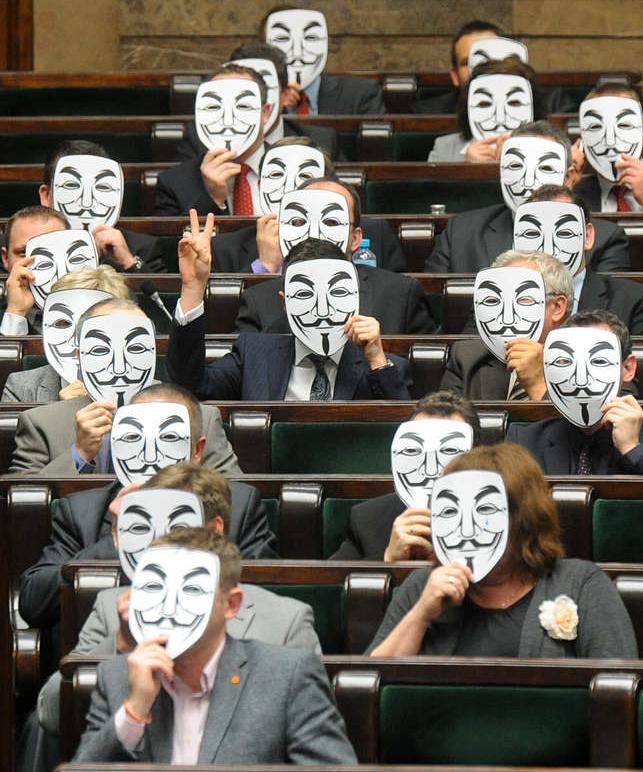 Ledamöter från den vänsterorienterade Palikotsrörelsen protesterade mot Acta i det polska parlamentet.