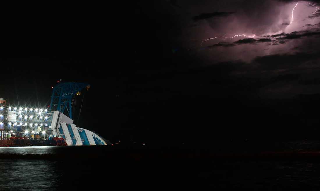 FÖRSENING Ett åskväder natten mot måndag försenade bärgningsoperationen.