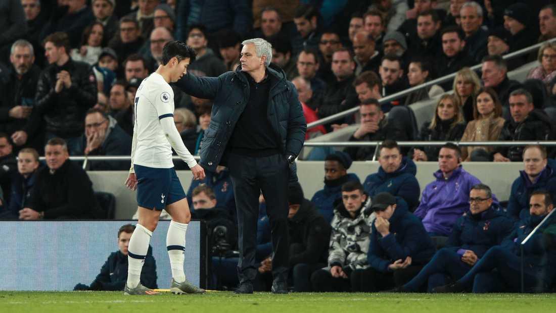 Son-Heung-min försvaras av managern José Mourinho efter att ha fått rött kort mot Chelsea.