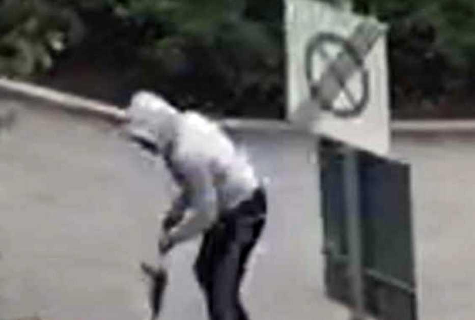 Mordet sker inför massor av vittnen och fångas även på mobilfilm.