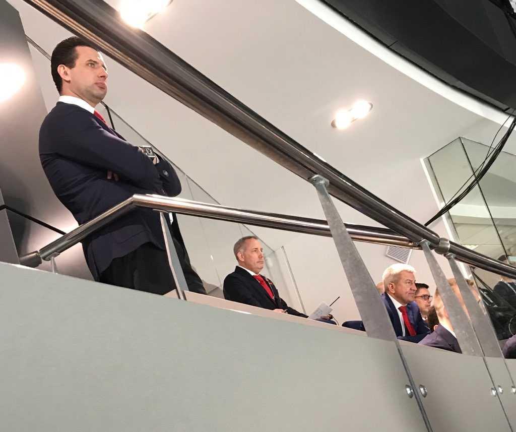 Roman Rothenberg, vice president för Ryska Ishockeyförbundet och vice president för Gazprom, kollar fokuserat på matchen mot Norge tillsammans med Lars Johansson.