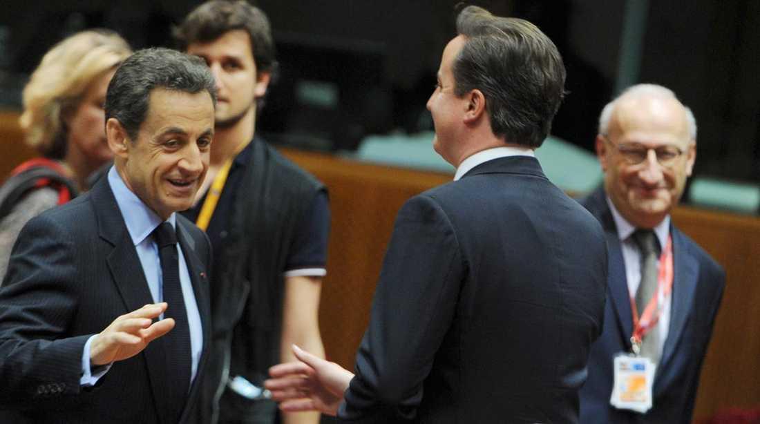 """PROTEST I går vägrade Frankrikes president Nicolas Sarkozy ta premiärminister David Cameron i hand eftersom Storbritannien inte tänker ingå i det nya EU-samarbetet för att stärka euron. Redan på förra toppmötet, i oktober, bråkade de. Då sa Sarkozy: """"Vi är dödströtta på att höra dig kritisera oss och tala om för oss vad vi ska göra""""."""