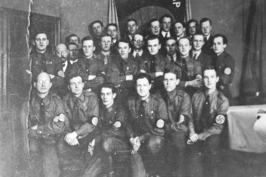 Gustaf Ekström längst ner till höger i bild. När SD  försöker ljuga om historien är det viktigt att minnas partiets rötter.