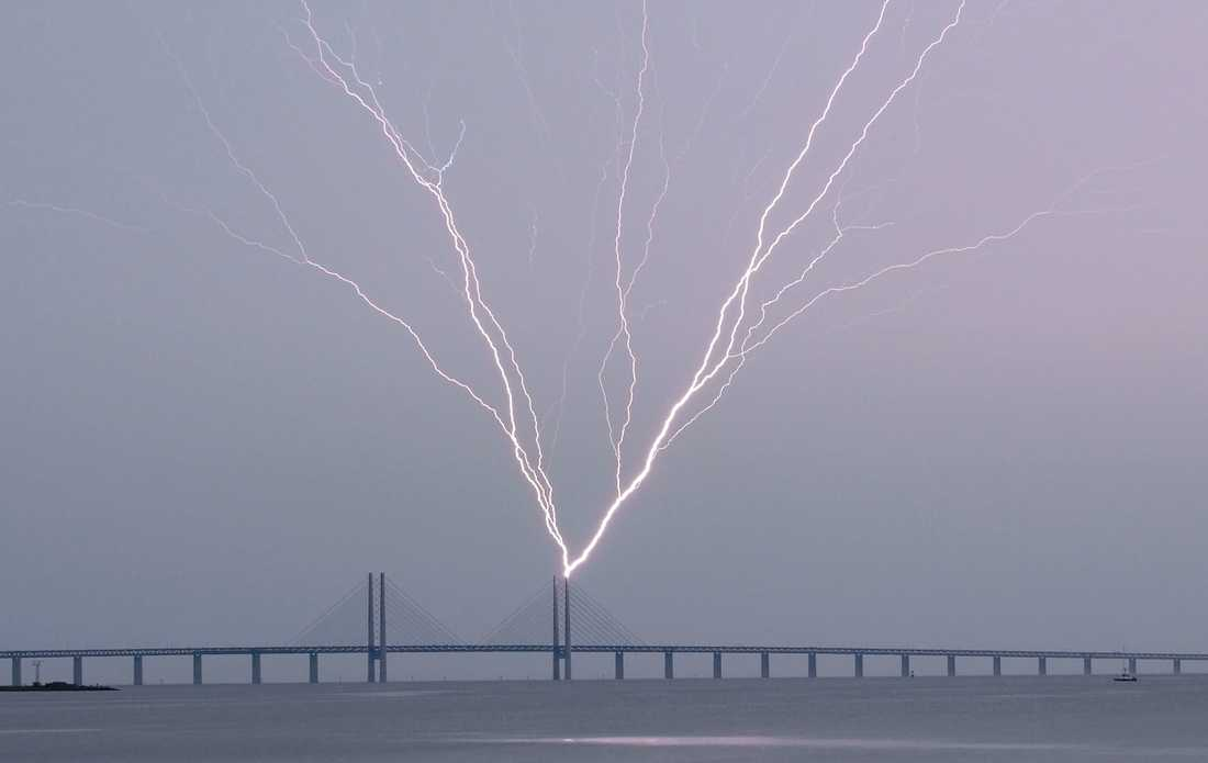 Blixten slår ner i en pylon på Öresundsbron.