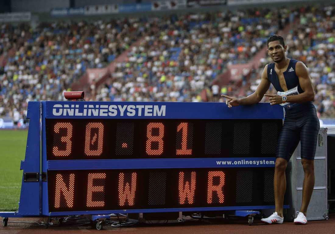 Wayde van Niekerk slog världsrekord på 300 meter.