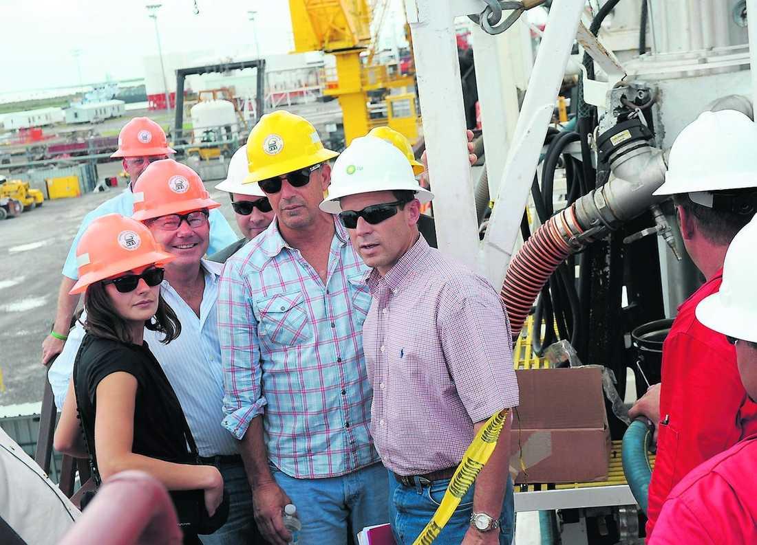 RÄDDARE i nöden Kevin Costner har utvecklat maskinen tillsammans med sin bror Dan. För tio år sedan tog han 24 miljoner dollar ur egen ficka för att utveckla en oljesanerare.