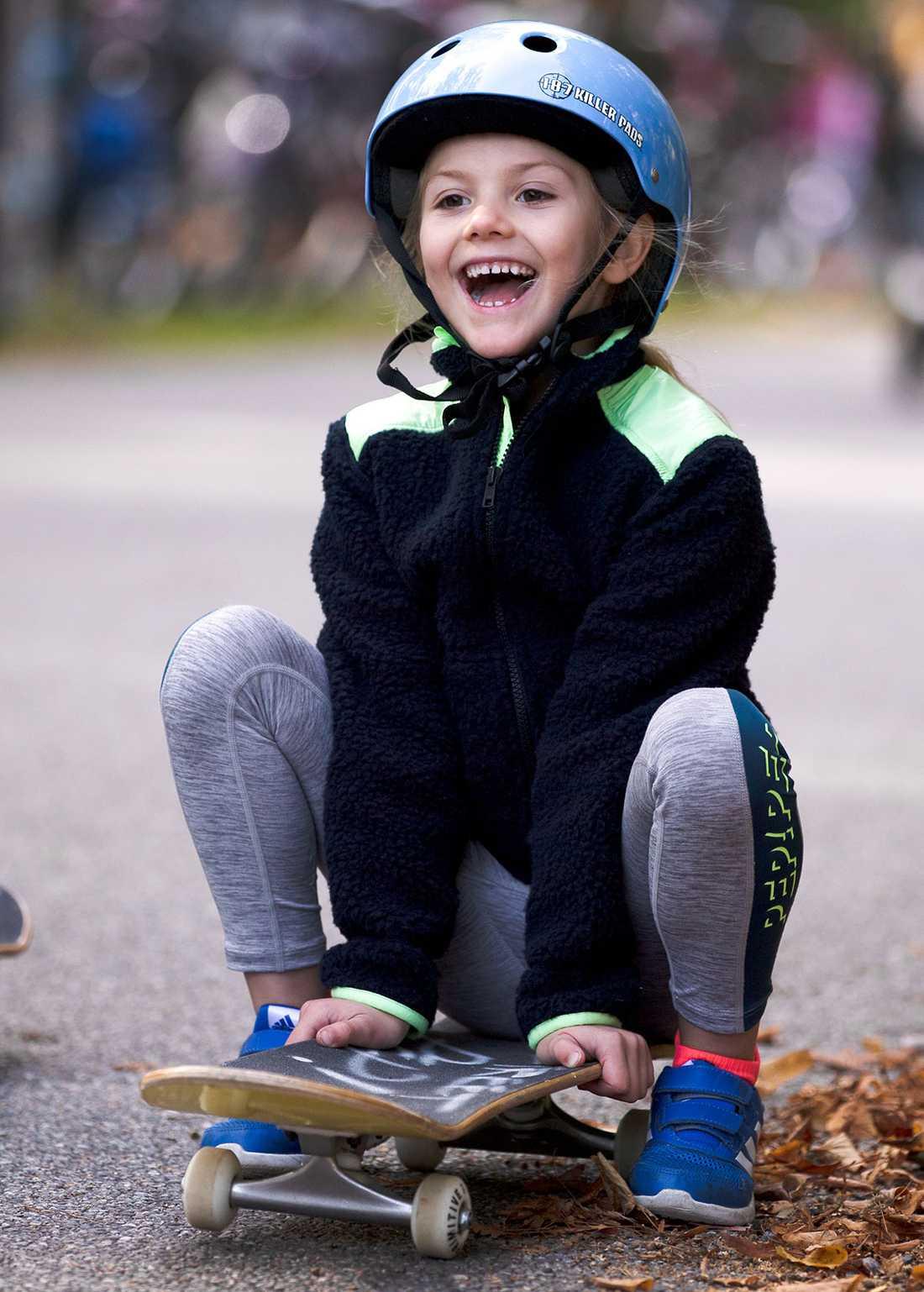 Precis som sina föräldrar älskar Estelle att testa på nya aktiviteter. Vare sig det är skidor, skridskor eller skateboard tvekar inte prinsessan att testa.