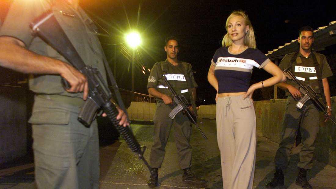 Charlotte Perrelli omgiven av patrullerande soldater inför Eurovision-finalen i Jerusalem 1999.