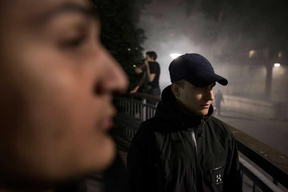 NICLAS HAMMARSTRÖM Danijel från Husby och Hasan från Rinkeby ser på när ungdomar tänder eld på bilar och kastar sten mot polisen. De har själva ingenting med bråken att göra. Lite senare kommer Danijels pappa och hämtar sin son.