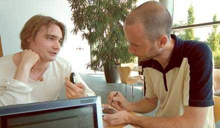 Aftonbladets Stefan Holm testar formskrivning med pennan medan Per Ola Kristensson förklarar hur det hela fungerar.