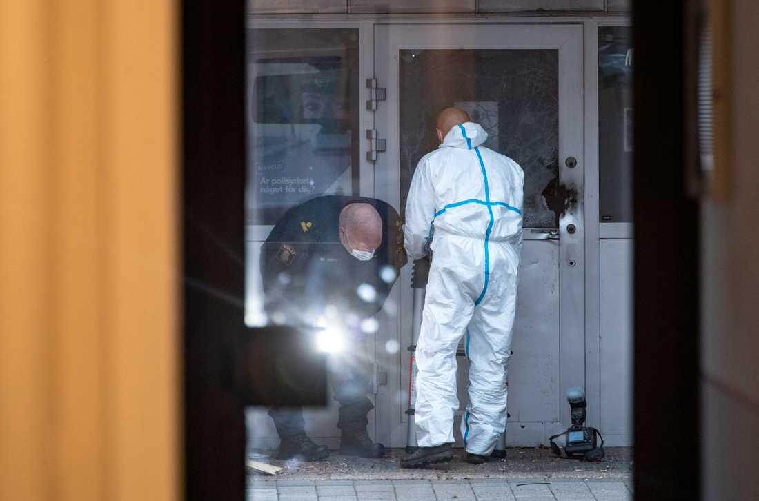 Polis och kriminaltekniker på plats efter en explosion vid entrén till polishuset i Staffanstorp.