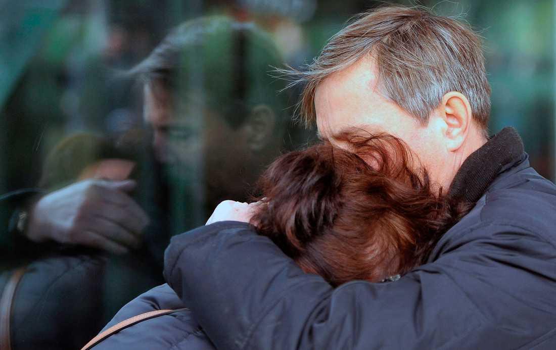 Två anhöriga kramar om varandra.