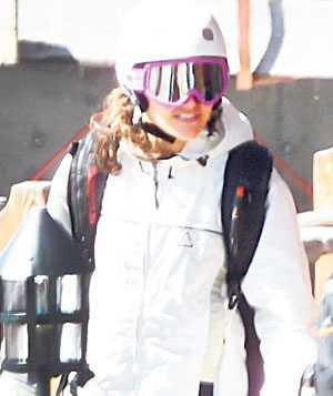 Victoria tog sig an backen i vita kläder och rosa glasögon.