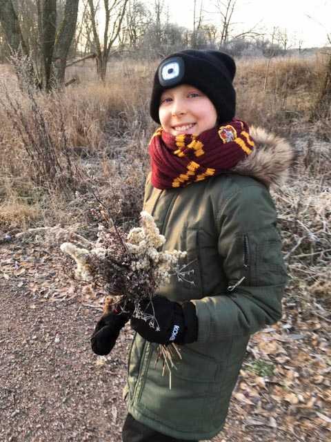 Sara Ekstrand ute på promenad hemma i Sturefors.