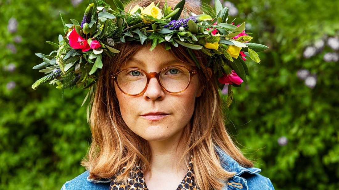 """""""Jag trycker mig mot framrutan hela tiden för att försöka se runt hörnet på mina egna idéer. Håret står rakt ut av tvivlande och inre motvind. Varje gång försöker jag tänka på Tage Danielssons ord: 'Utan tvivel är man inte riktigt klok', som ett mantra"""", säger Emma Adbåge i Sommar i P1."""